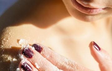 Gommage corps : quels produits pour exfolier son corps ?